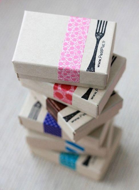 ギフトボックスをスタンプとマスキングテープでセンスアップ。クラフトペーパーでできた紙袋などにも使えるアイディアです。