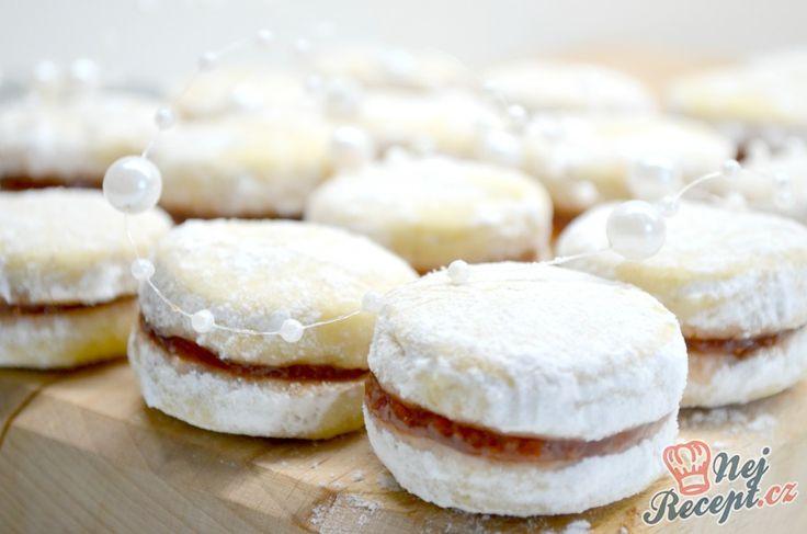 Křehké vanilkové cukroví lepené marmeládou. U nás doma je milují všichni. Krásně se rozplývají na jazyku a z krabičky zmizí jako první. Loni jsem je dělala v dostatečném předstihu a opravdu na Vánoce nezůstal ani jeden kousek, proto letos udělám asi z dvojité dávky, abych měla i do zásoby. Autor: Lacusin