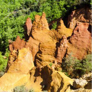 Situé dans le Vaucluse, découvrez Rustrel, avec son Colorado provençal.