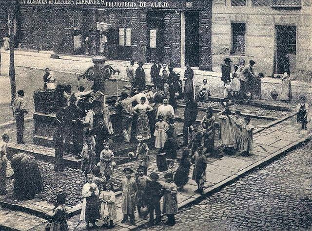 A falta de grupos de whatsapp...¡todos a la fuente a hablar! (Foto de la actual Plaza de Chueca, en 1895) #madrid