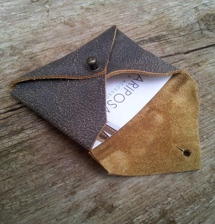 Portatarjetas de cuero  ❥❥❥ Simple y útil efectivo tarjeta holder.❥❥❥  Se puede utilizar como un pequeño monedero y para su banco y tarjetas de visita.  Es una billetera delgada para llevarla todo el tiempo.  Es hecho a mano de cuero de calidad.  Un regalo perfecto para personas como uso diario.  100% hecho a mano un elemento de corte de mano.  ¡El titular de cuero tiene tus tarjetas de visita con estilo!  Titular de la tarjeta ❥❥❥ tiene aproximadamente -tarjetas de visita estándar 25-30…