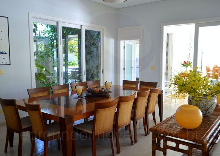 Na sala de jantar, o aparador em rattan acomoda velas e arranjos florais, reforçando ainda mais a sensação de home away from home. Ao redor da mesa em madeira, doze pessoas podem desfrutar de deliciosas refeições em família.