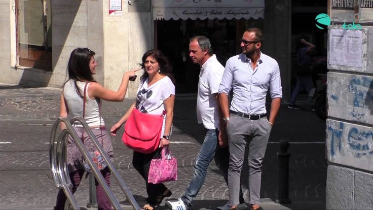 Candid camera: a Napoli ragazza palpa il sedere degli uomini