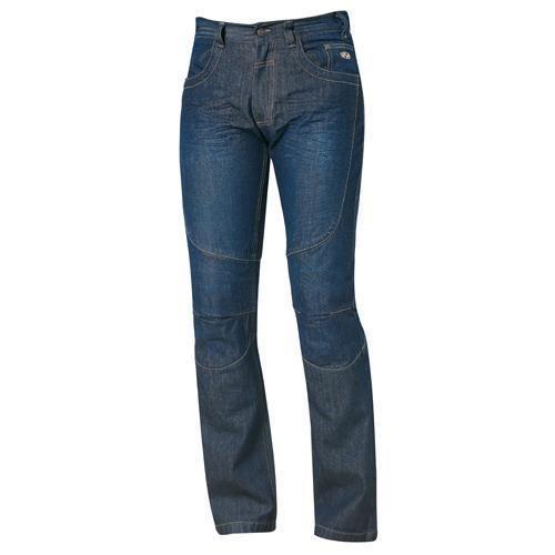 Pantalón Jeans Kevlar Fame II de motorista para hombre. Material: Denim (100% algodón). Revestimiento: Forro de malla (100% poliéster). Seguridad:Refuerzo en fibra DuPont TM KEVLAR en la zona del trasero, caderas, muslos y rodillas. Goma (desmontable) en el pie para evitar que el pantalón se suba. Bolsillos para protectores de rodilla (opcionales). Colores: Negro, Azul.