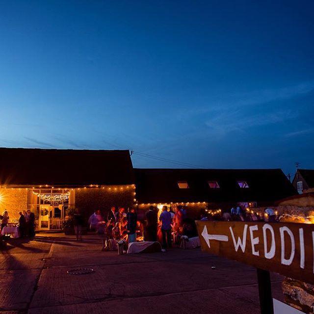 Stratton Court Barn looking nice superb under a summer's twilight. #strattoncourtbarn #weddingphotography #bicester #barnwedding #streetfood #summerwedding