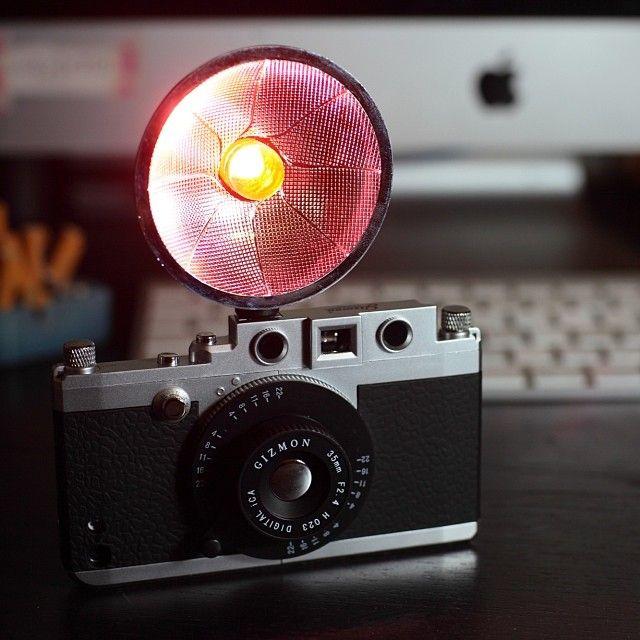 マイiPhoneがスゴイことになりました!近日発売予定のGIZMON iCA FLASH装着。LEDライト。専用アプリでBluetooth連動。ライト色は4色に変更可能!
