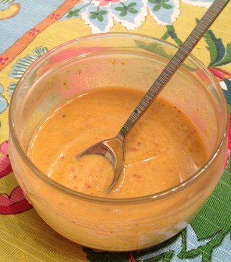 Salsa de cacahuate » 8 chiles de árbol sin semillas, picados 3/4 T de cacahuates crudos 1/2 T aceite de oliva extra virgen 3 ajos picados Sal y pimienta al gusto