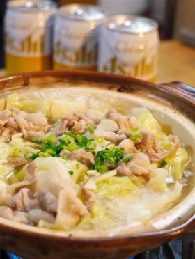 豚バラしゃぶしゃぶ用(フツウの薄切りでも可) 150gぐらい キャベツ 1/4玉 ニンニク 1片 バター 20g * 鶏ガラスープの素 スープ1.5カップ分 * 水 1カップ * 酒 1/2カップ 塩 適量 ブラックペパー 適量 ポン酢 適量