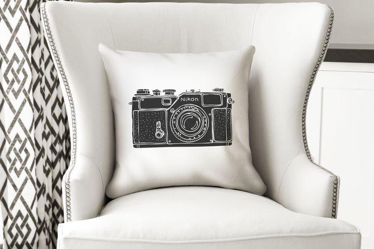 Para los amantes de la Fotografía - Cámara Nikon  El cojín está hecho en tela sublimada de alta calidad, impreso por un lado, tiene un cierre invisible para que la puedas lavar. Incluye inserto suave y cómodo.    Recomendado para interiores.    Medida 40 x 40 cms.