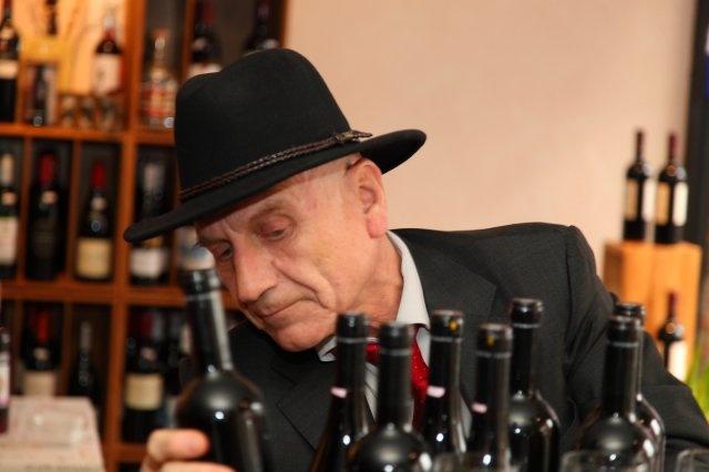 Mr. Chatzivarytis prüft kritisch seine Weine - hatzivaritis Sauvignon Blanc - Assirtiko - Assyrtiko  Sauvignon Blanc PGI - bio  -  88 Par Punkte