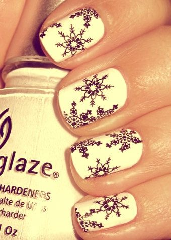 Cute snowflake nails for the holidays !