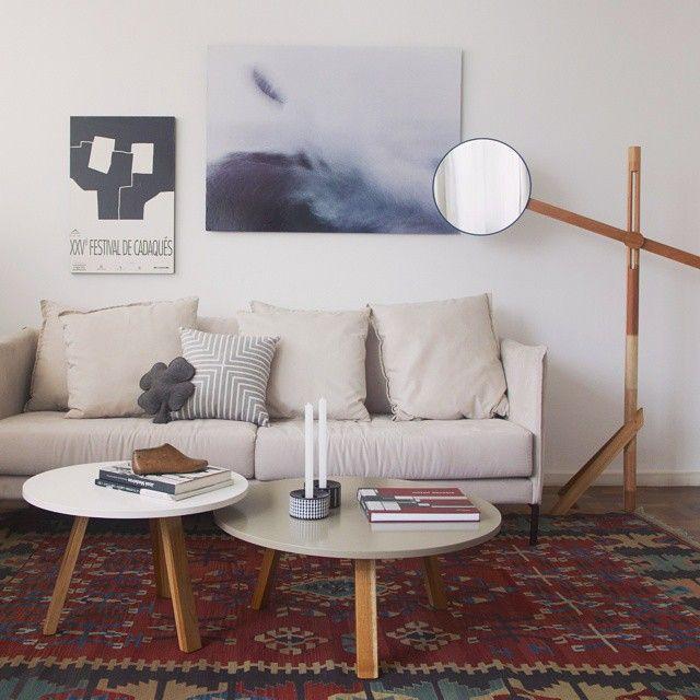 Montamos esse ambiente para provar que um simples sofá pode virar incrível com os complementos certos!   #antesedepois #todacasatemumahistoria #makeover #livingroom