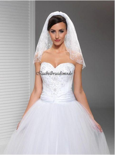 Sierlijke korte bruidssluier van hoge kwaliteit kant. De sluier is 60 cm lang. Verkrijgbaar in de kleuren: wit of ivoor. Levering in ca. 10 dagen. -