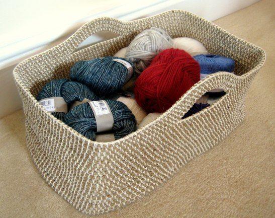 Della corda, del cotone e un uncinetto è tutto quello che serve per fare un capiente cesto portatutto.  L'autrice è Esther di Makemydaycreative.  Vai al Tutorial.