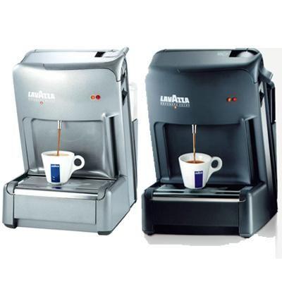 https://www.anforadearomas.pt/lavazza-espresso-point/tipos-de-produtos/maquina-de-cafe/maquina-de-cafe-lavazza-el-3200?PID=35 - A Máquina de Café Lavazza EL 3200 é um equipamento elegante e fácil de usar, ideal para preparar café expresso em menos de um minuto. Para utilizar, precisa apenas de colocar as suas cápsulas de café Lavazza Espresso Point na ranhura, puxar a alavanca e pressionar o botão. O sabor único do café Lavazza chega à chávena em poucos segundos.