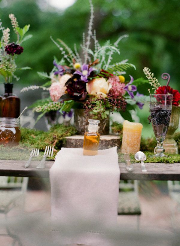 Consider this photography workshop captured by Jen Fariello Photography a two-for-one. From a garden inspired tablescape complete with moss runners and honeypot favors to a cozy barn dinner with farm-fresh details galore, there are crazy amounts of inspiration to be had and the grounds of Belle Haven are delivering. Jen teamed up with a host of great vendors including […]