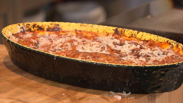 Ramon Brugman maakt een heerlijke betaalbare maaltijd van canneloni met spinazie en een salade met tomaat en venkel.