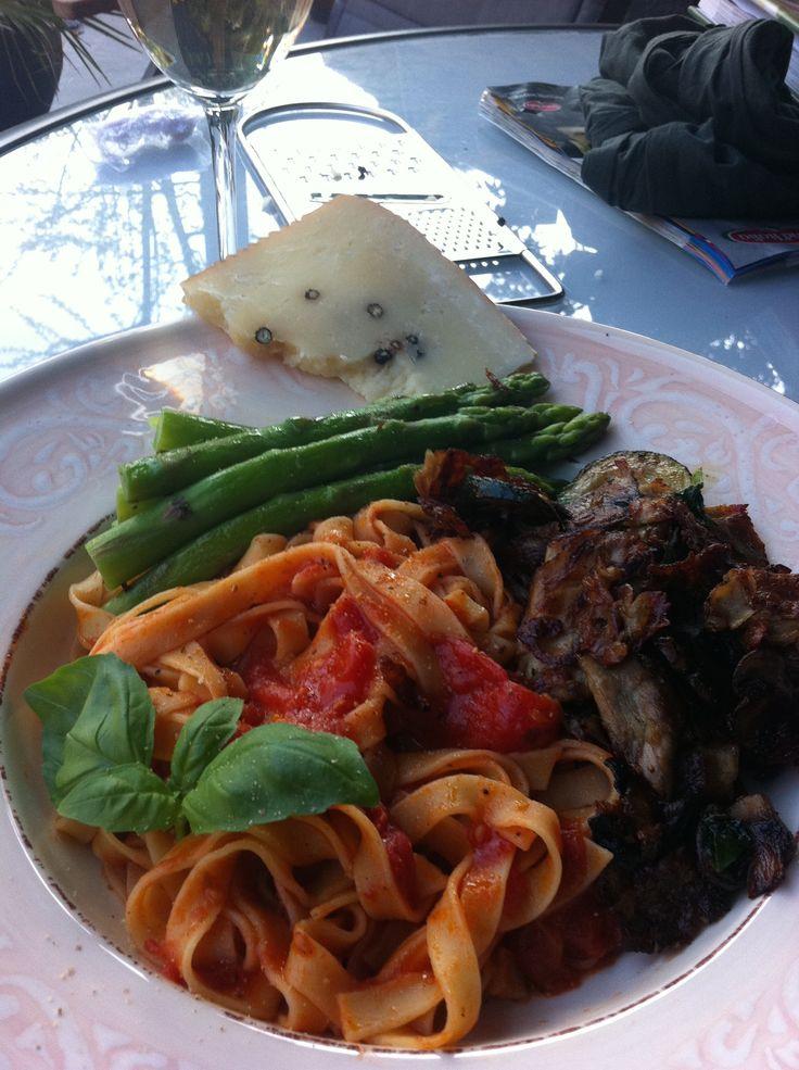 Tagliatelle met verse tomatensaus en groene asperges