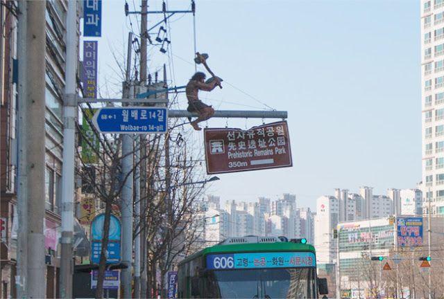 Un cavernícola sobre una señal, una isla agigantada, un videoclip muy sexualizado del K-pop y más noticias de Corea.