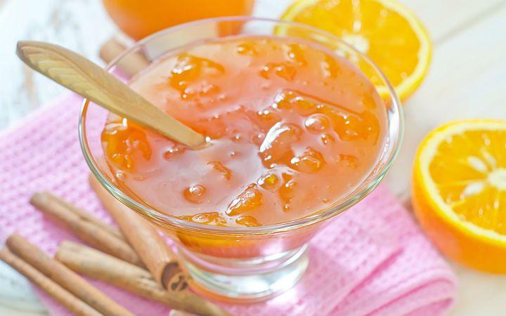 Mis kokusu ile kahvaltılarınızı renklendiren, hamur işinden sütlü tatlılara pek çok tarifte severek kullandığımız portakal reçeli sofranızdan eksik olmasın.