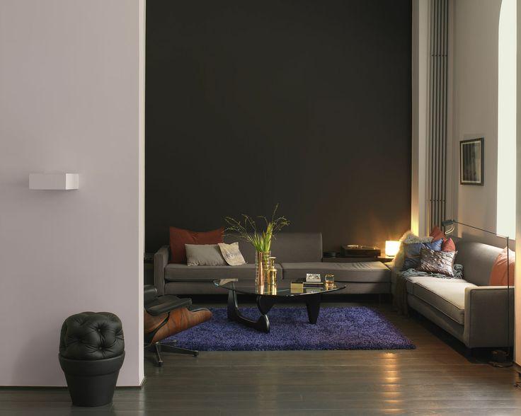 Associez les touches de couleurs vives aux teintes délicates. Pour un salon intimiste et accueillant, misez sur les harmonies de gris pierre, violet foncé et bois sombre.