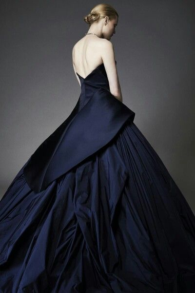 光沢感がエレガント…♡ ウェディングドレスからのお色直しで着たいネイビーのカラードレスのアイデア。紺色ドレスのまとめ。