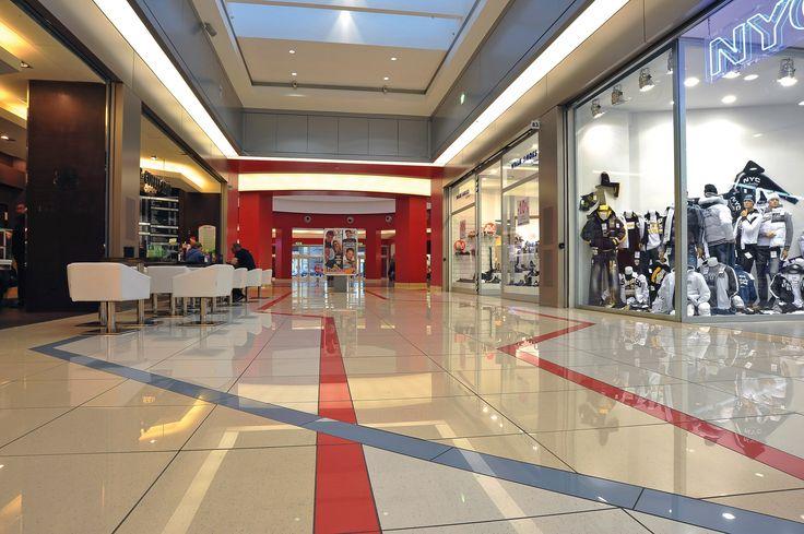 Svincolato da schemi convenzionali, il progetto interpreta il tema del percorso guida all'interno dello spazio espositivo proponendo una decorazione concettuale, d'impianto geometrico, che offre una percezione dello spazio decisamente inconsueta e di grande freschezza cromatica. http://www.casalgrandepadana.it/index.cfm/1,939,0,0,html/Tiburtino-Shopping-centre-Guidonia-Rm-Italia
