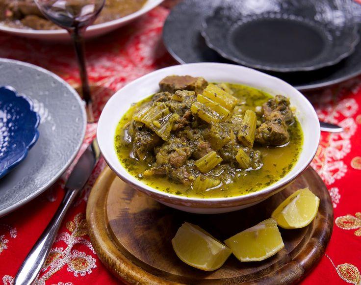 Khoresh karafs är en mycket omtyckt gryta från det persiska köket. Grytan tillagas med selleri och kött och smaksätts med persilja, mynta och limejuice. Khoresht karafs är smakrik, fräsch och syrlig i smaken. Serveras gärna med fluffigt persiskt ris och sallad. Jag serverade min gryta på nyårsafton till barnen, de älskar denna rätt. Vi vuxna åt fesenjan, en sötsur persisk valnötsgryta med kyckling, du hittar recept på fesenjan HÄR! 6 portioner 600 g grytkött (gärna lammkött med ben) 2 gula…