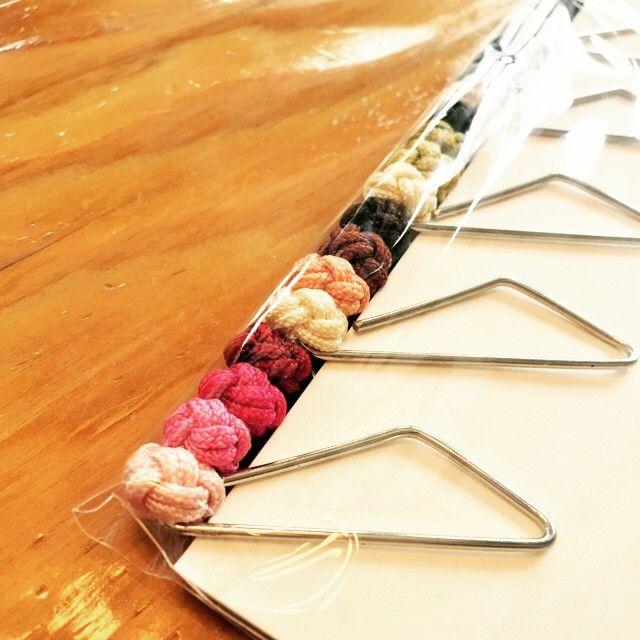 진오형이 새제품을 만들었다. 전통방식의 매듭과 색을 이용한 책갈피. 크라우드펀딩으로 성공시키고 싶다며 제품을 보내고 계좌번호도 알려주지 않았다. #elknot #bookmark #tradition