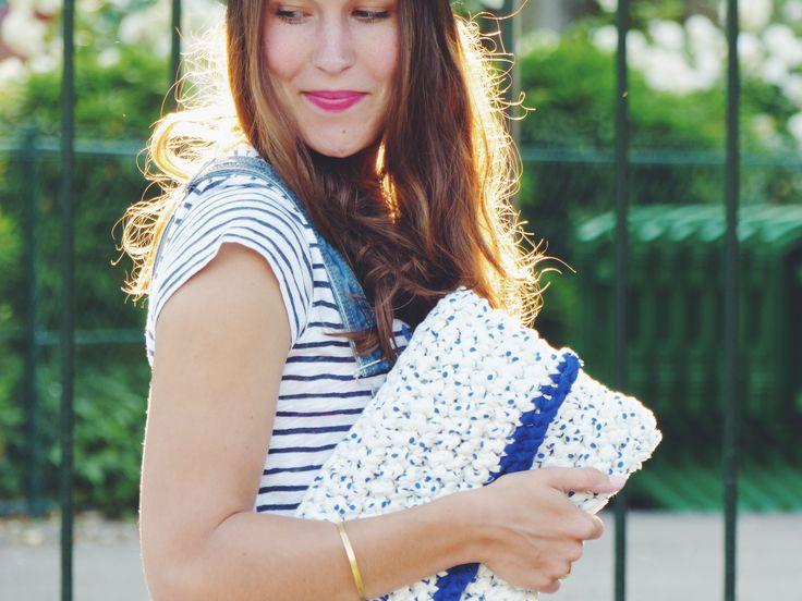 Pochette blanche et bleue réalisée au crochet portée par la jolie Marianne / White and blue crocheted clutch made by La French Pique, wearing by the beautiful Marianne