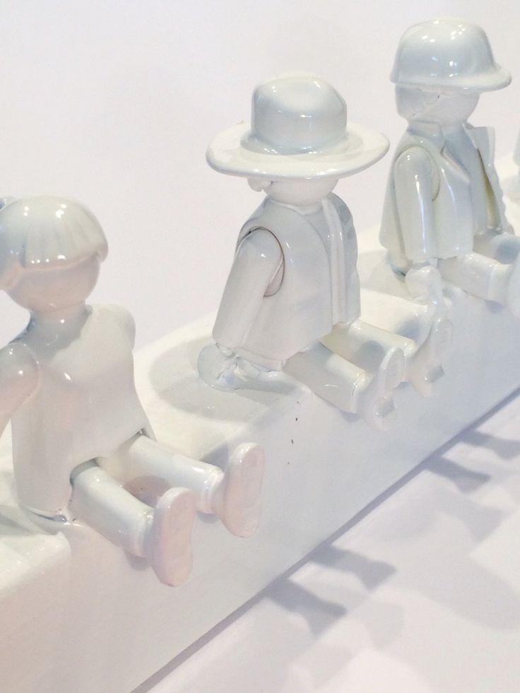 Aus einer Holzleiste und ein paar aussortierten Playmobil-Figuren habe ich gerade eine wunderschöne Garderobe für´s Kinderzimmer gebaut. Setze die Playmobil-Figuren mit Hilfe von Heißkleber auf die Kante der Holzleiste, sodass ihre Beine wie Kleiderhaken überstehen. Die Figuren und das Holz … mehr