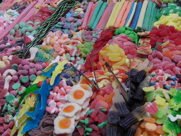 CARAMELLE. I prodotti gommosi alla frutta sono costituiti da una miscela di sciroppo di glucosio, zucchero e un agente gelificante come gelatina o amido. Altri ingredienti quali, frutta e verdura concentrati, aromi, amido e una piccola quantità di acido citrico sono poi aggiunti a questa miscela.  #candy #sweetdreams