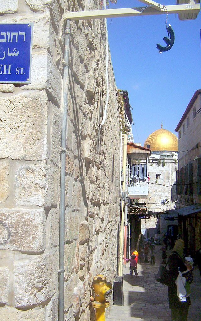 | mtolives 0061 | A glimpse of The Temple Mount/the Dome of the Rock from the Muslim Quarter.