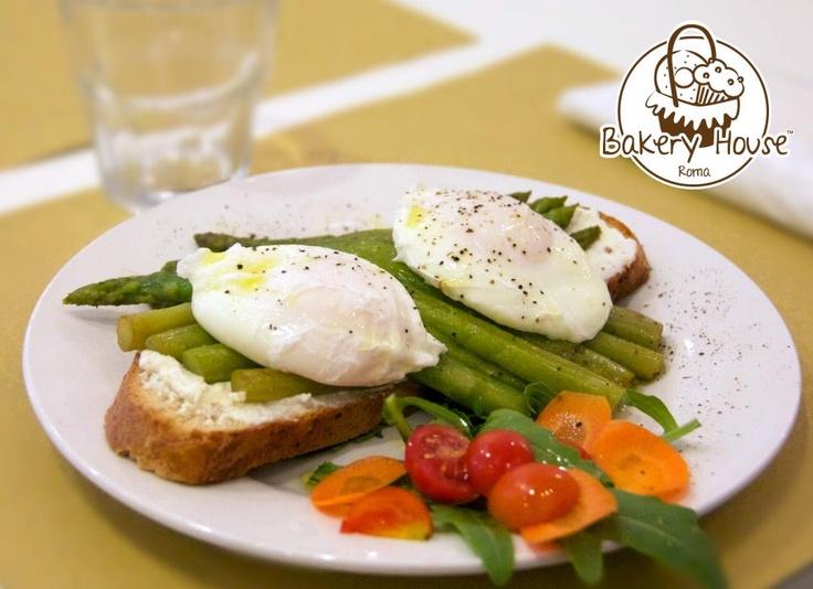 Bakery House Roma - Egg Benedict & Asparagus Plate..... #pane all'avena, fatto in #casa da noi, con ricotta spalmata, letto di asparagi, 2 #uova in camicia condite con #olio, sale ed un pizzico di pepe. http://www.urbis360.com/cucina-americana-roma/  #roma #cucina #italia #food #ristorante