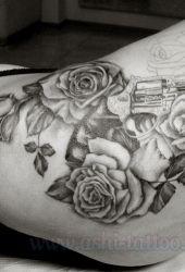 Róże z rewolwerem na biodrze - w trakcie tatuowania :)