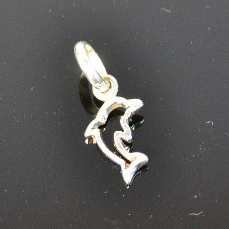 Schattige zilveren bedel van een dolfijn Prijs: 11,95 € Gratis verzending in NL http://www.dczilverjuwelier.nl/zilveren-bedels-hangers