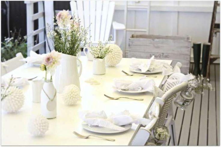 Tavola di Pasqua bianca - Nella foto gallery scoprirete le idee più belle per addobbare casa con le decorazioni pasquali in bianco. La festa della Pasqua coincide anche con l'inizio della primavera e per questo i colori prediletti per le decorazioni sono quelli tenui e pastello. Il bianco è perfetto da abbinare a qualsiasi altra tonalità ed è anche molto elegante e raffinato. Le decorazioni pasquali in bianco conquisteranno anche il cuore degli amanti dello stile shabby chic, così romantico…