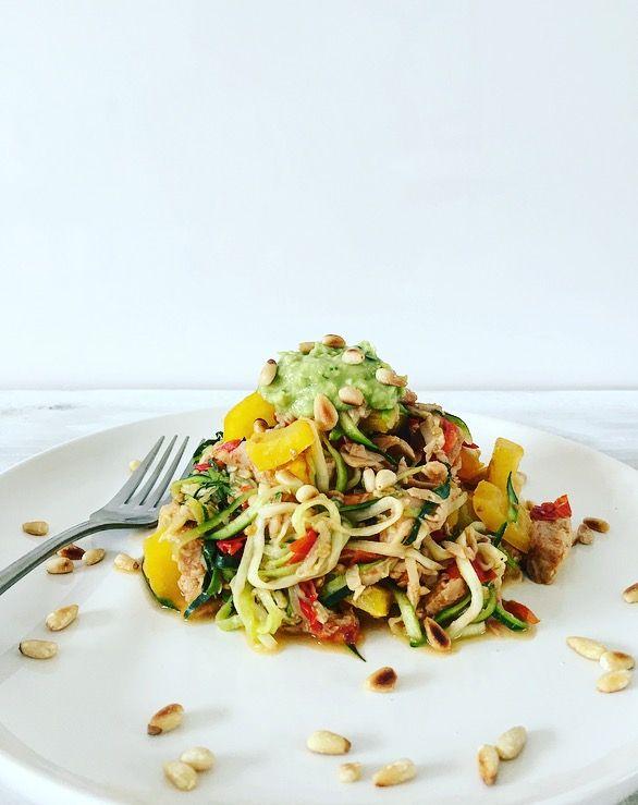 Meerdere courgetti-varianten gingen al voor, zoalsdeze met pindasaus of dezeCourgetti 'Italiano'. Dit keer met plantaardigekipstukjes, gele paprika, cherrytomaatjes en avocado…