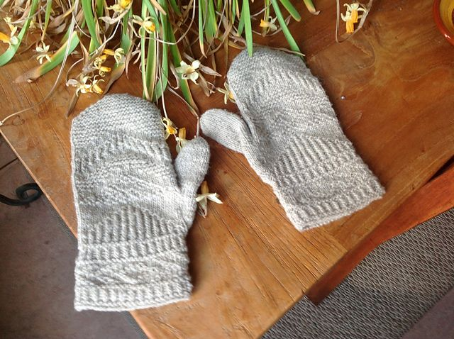 And another pair of the Romma Mittens in #MoekeYarns Elena