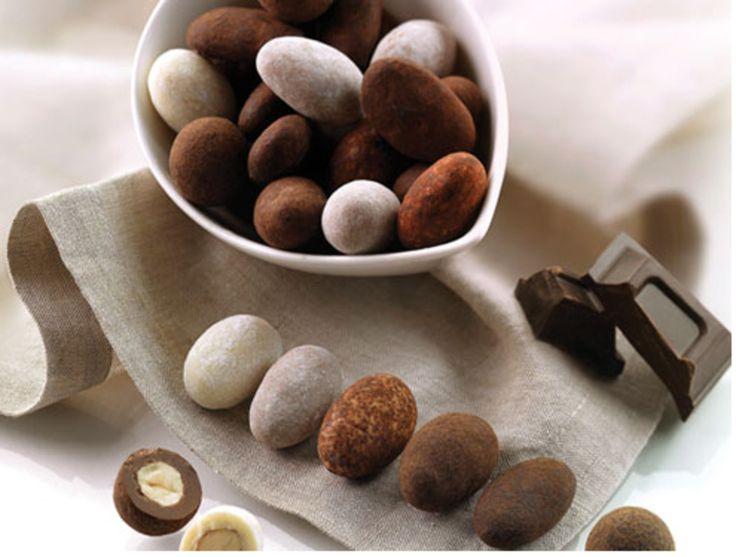 Confetteria Claudia offers a wide range of wedding products and event planning! Mandeln mit dunkler, aromatisierter Schokolade getrüffelt mit Kakaopulver.