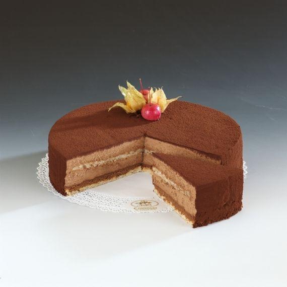 Tort Royal Na delikatnym biszkopcie upieczonym z mąki migdałowej i białek, warstwy masy pralinkowej, czyli chrupiących prażynek, czekolady i orzechów laskowych. Całość przykryta musem czekoladowym i obsypana ciemnym kakao. Dekoracja z tropikalnych owoców Physalis.