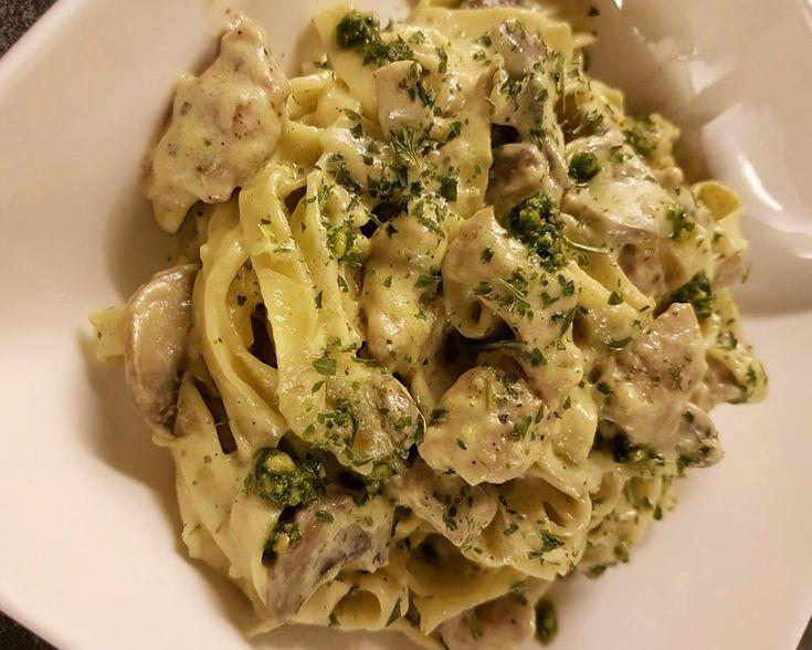 Recept voor pasta Alfredo met kip. Ik heb zelf alle ingrediënten bij de Lidl gehaald. Kook de pasta gaar in kokend water met 1 bouillon blokje. Snij de kip in blokjes en marineer het met wat zout, peper en knoflookpoeder. Bak de kip gaar in wat olijfolie en doe daarna de gesneden champignons bij.