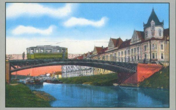Timisoara - 1915 - Tramvaiul electric pe Bulevardul General Ion Dragalina, in traversarea Podului Stefan cel Mare, indreptandu-se spre Gara de Nord. In fundal, Palatul Ancora