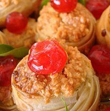 Μικρές μπουκιές με τραγανό φύλλο μπακλαβά, γεμισμένες με υπέροχο λευκό αμύγδαλο και κατακόκκινα κερασάκια γλασέ