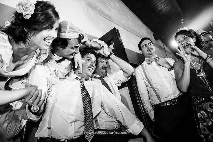"""82 Me gusta, 2 comentarios - Mariana Carletti Fotografa (@marianacarletti) en Instagram: """"Cada cual entra a su boda como quiere 💪🏻😂 . Extraño a Mechi the brideee! Feliz primer aniversario…"""""""