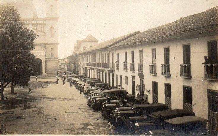 Memoria de ciudad: Una hermosa fotografía de la Pereira de los años 20. Automóviles, casas y los árboles de mango de la época.