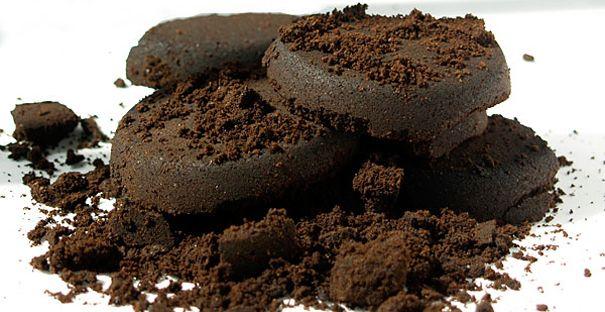 koffie goed tegen cellulitis. In veel anti-cellulitis producten wordt cafeïne gebruikt. Maak je bovenbenen vochtig, masseer (werkt als scrub) ze in met koffiedik (de prut die je overhoudt na het zetten van je koffie) en wikkel ze vervolgens in met huishoudfolie. Voeg evt wat vitamine E olie toe. Laat dit 20 min. intrekken en spoel het af. De koffieprut is ook goed als mest voor je planten