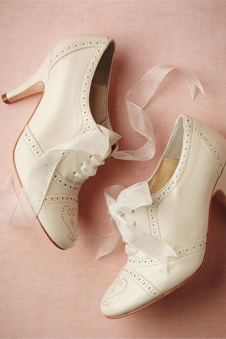 Super sweet ivory oxford with heart detailing on the shoe. Great for a vintage or retro wedding, and perfect with full dresses and 1940s skirts!