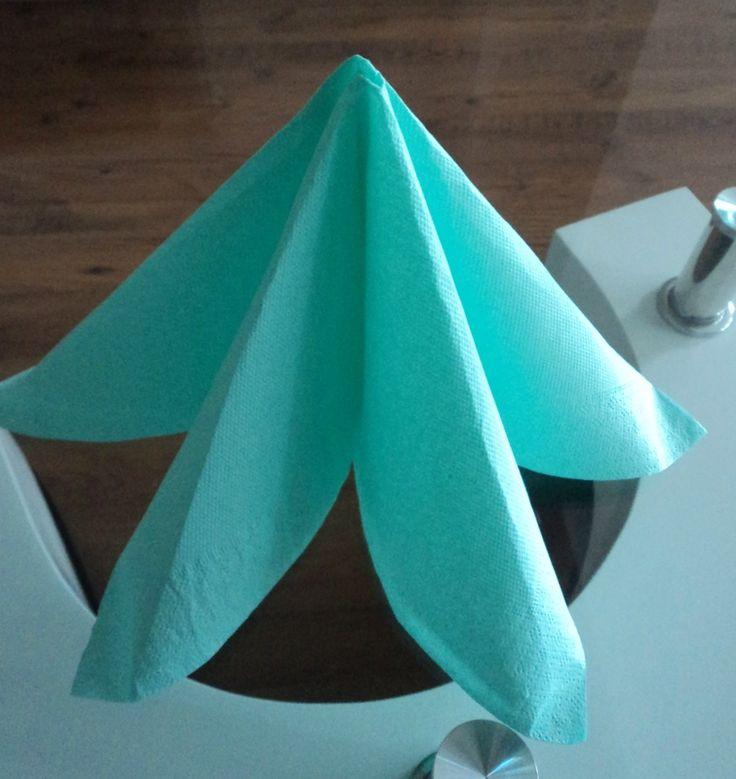 Une serviette pliée en forme de pyramide, le mode d'emploi sur le site de la cuillère gourmande.