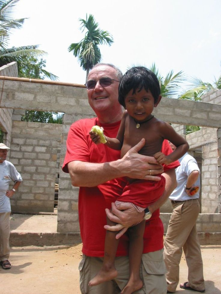Peter Rabl (KURIER-Chefredakteur von 1993 bis 2005) mit #KurierAidAustria bei einem Hilfsprojekt für die Tsunami-Opfer in Sri Lanka. (Foto: Andrea Winter)